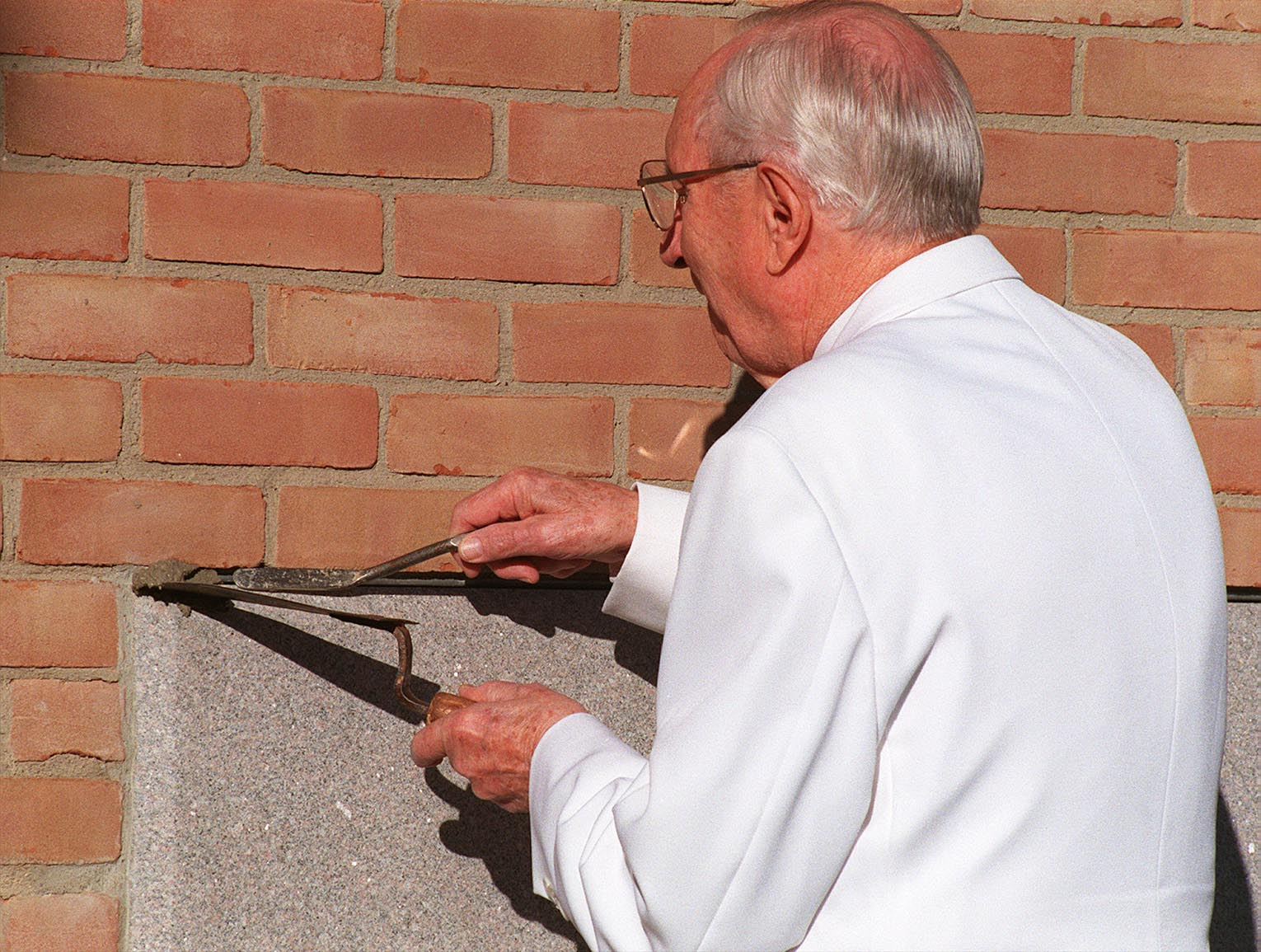 President Hinckley applies morter to the cornerstone of the Vernal Utah Temple.