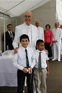 President Henry B. Eyring enjoys a moment at the cornerstone ceremony of the El Salvador temple with, at left, Jacob Ayala, 10, and Nefi Oliva, age 8.
