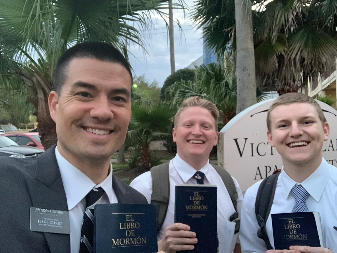 Texas Houston South Mission President Jeremy Guthrie joins full-time missionaries to share Spanish-language versions of the Book of Mormon. The former pro baseball player served a mission to Spain.