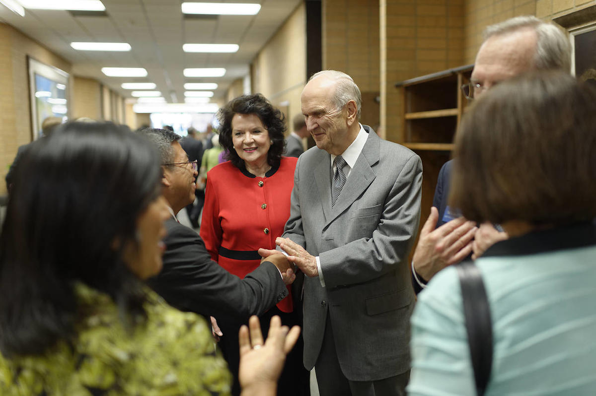 Elder Russell M. Nelson and his wife, Sister Wendy Nelson, isit with new mission presidents and their wives at this year's seminar.