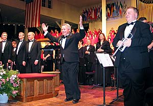 Choir director Craig Jessop salutes audience gathered for concert at Chautauqua Institution. Thousands witnessed the concert in western New York.