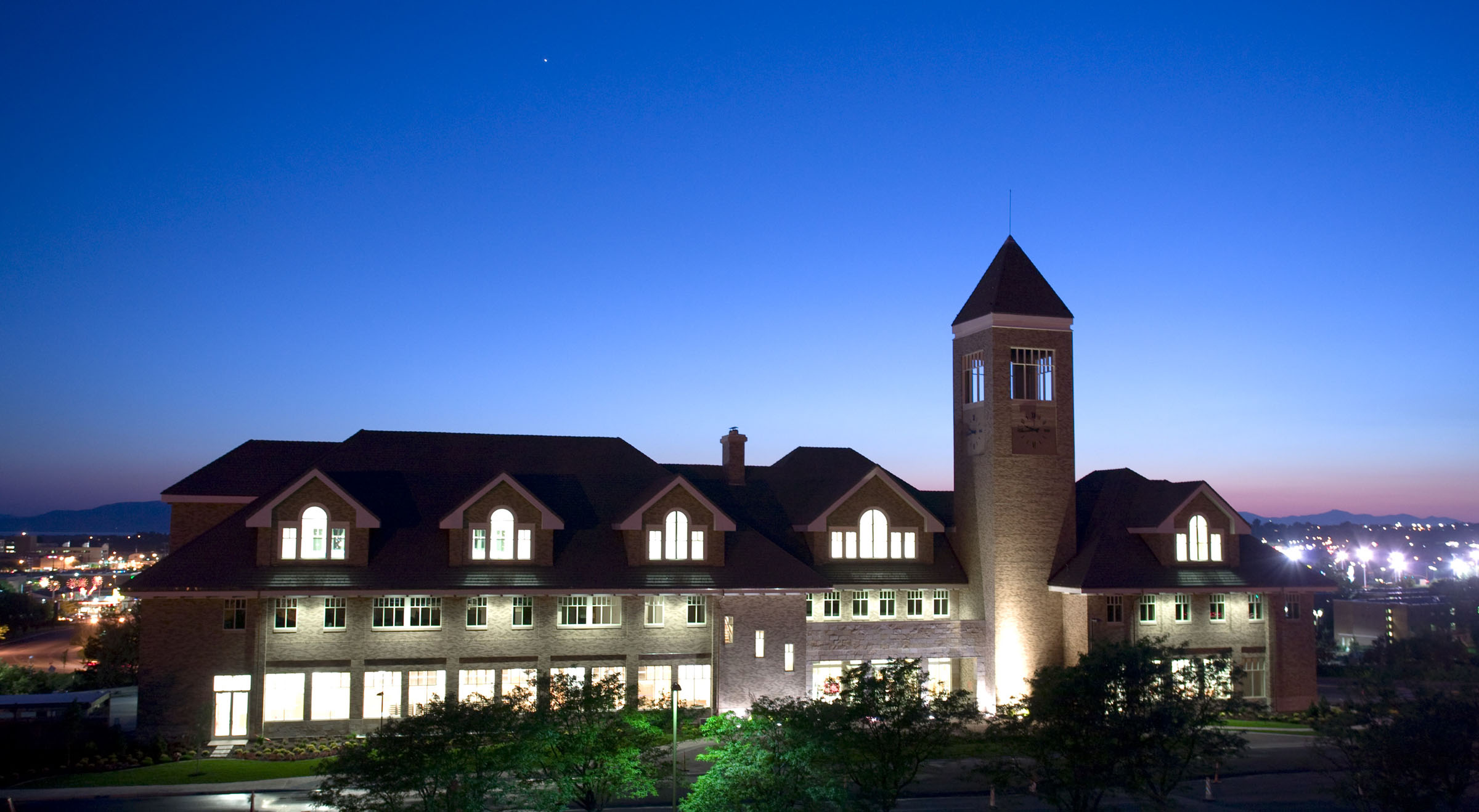 The Gordon B. Hinckley Alumni and Visitors Center at sunset.
