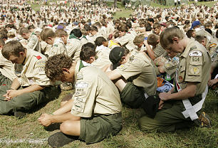An estimated 3,500 Latter-day Saint Scouts and leaders prepare for prayer.