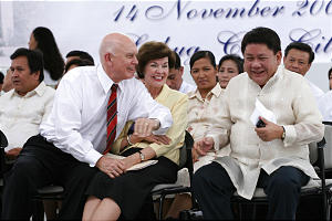 Elder Dallin H. Oaks of the Quorum of the Twelve, sitting next to his wife, Kristen, leans over to talk to Cebu City Mayor Tomas Osmena.