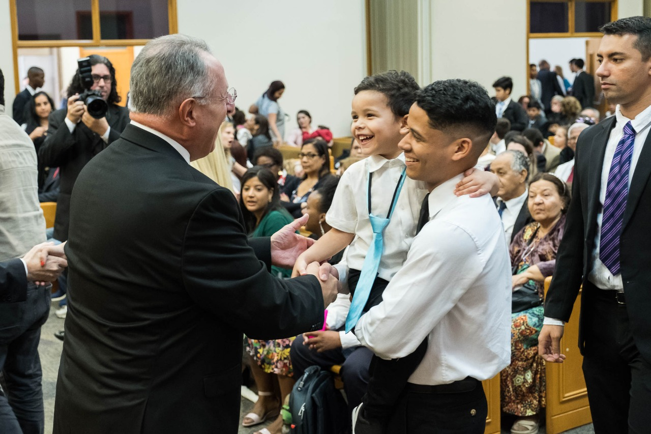 Elder Ulisses Soares visits with members in his native Brazil. Traveling with President M. Russell Balllard, Elder Soares returned to Brazil when he arrived in Sao Paulo on Aug. 24, 2018.