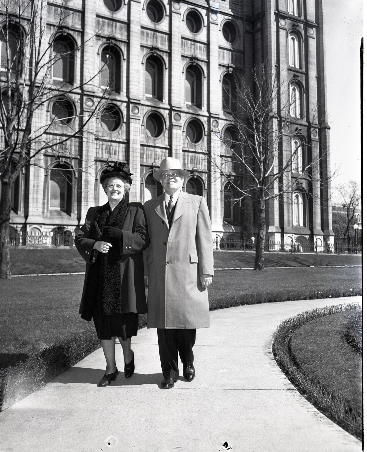 Sister Ida Jensen Romney and President Marion G. Romney walk in front of the Salt Lake Temple in 1948.