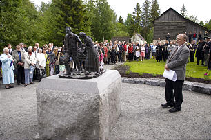 "Knut Djupedal, director of Norwegian Emigrant Museum, explains significance of ""Handcart Pioneers"" statue to Norwegian emigration history. Descendants of sculptor Torleif Knaphus donated statue, a replica of original made in 1926 in Salt Lake City."
