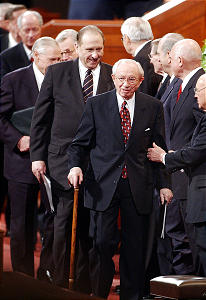 President hinckley leaves the LDS conference Apr 6th, 2003. Allred/photo (Submission date: 04/06/2003)