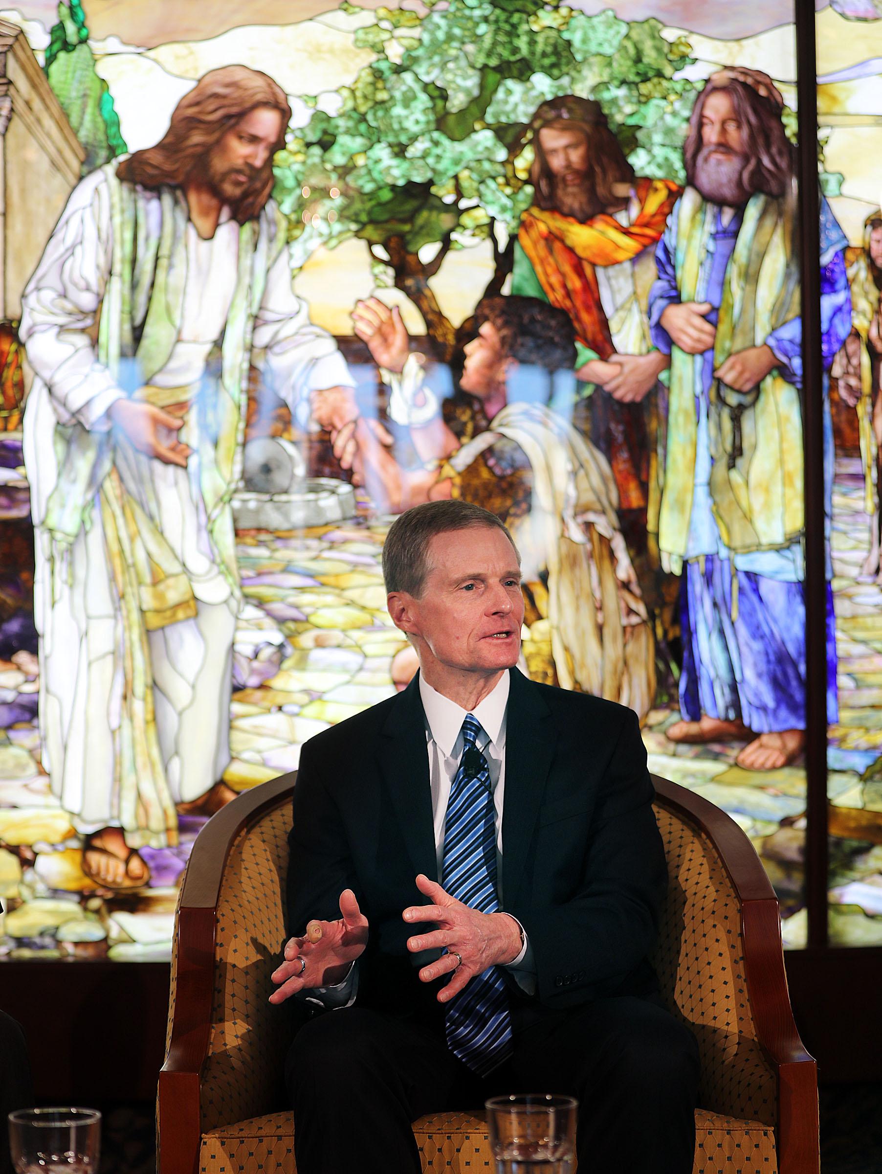 El élder David A. Bednar, del Quórum de los Doce Apóstoles, responde una pregunta durante una conferencia de prensa en el Centro de Visitantes del Templo de Roma de La Iglesia de Jesucristo de los Santos de los Últimos Días el lunes 14 de enero de 2019.