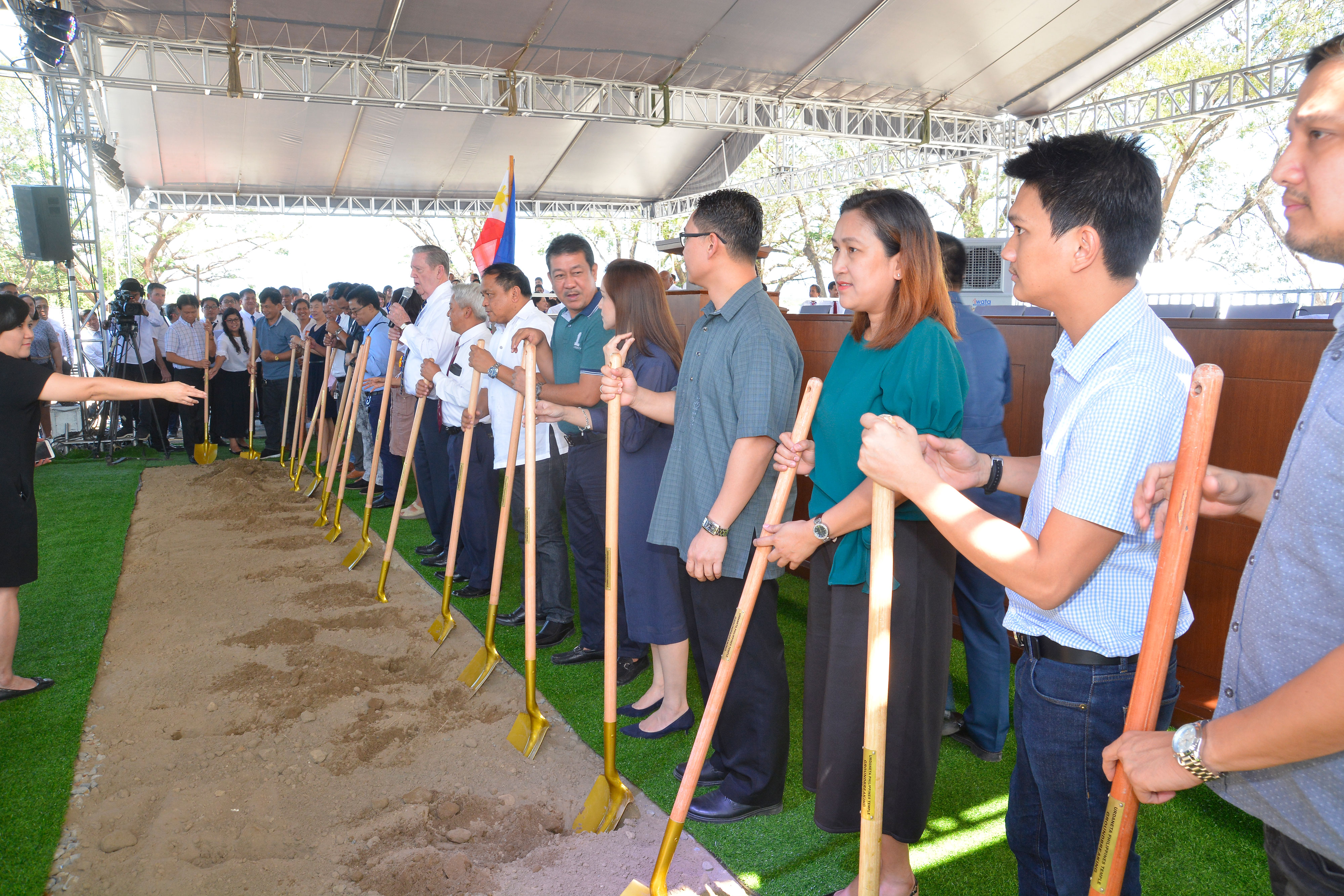 Holding a shovel in the center of the line, Elder Jeffrey R. Holland of the Quorum of the Twelve Apostles addresses community leaders and Church membersa in Urdaneta, Pangasinan, Philippines, on Wednesday Jan. 16, 2019. He broke ground for the new temple, the Church's third in the Philippines.