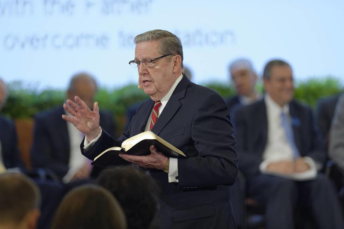 El élder Jeffrey R. Holland, del Quórum de los Doce, enseña las Escrituras durante una sesión interactiva de gran grupo del Seminario 2015 para los nuevos presidentes de misión.
