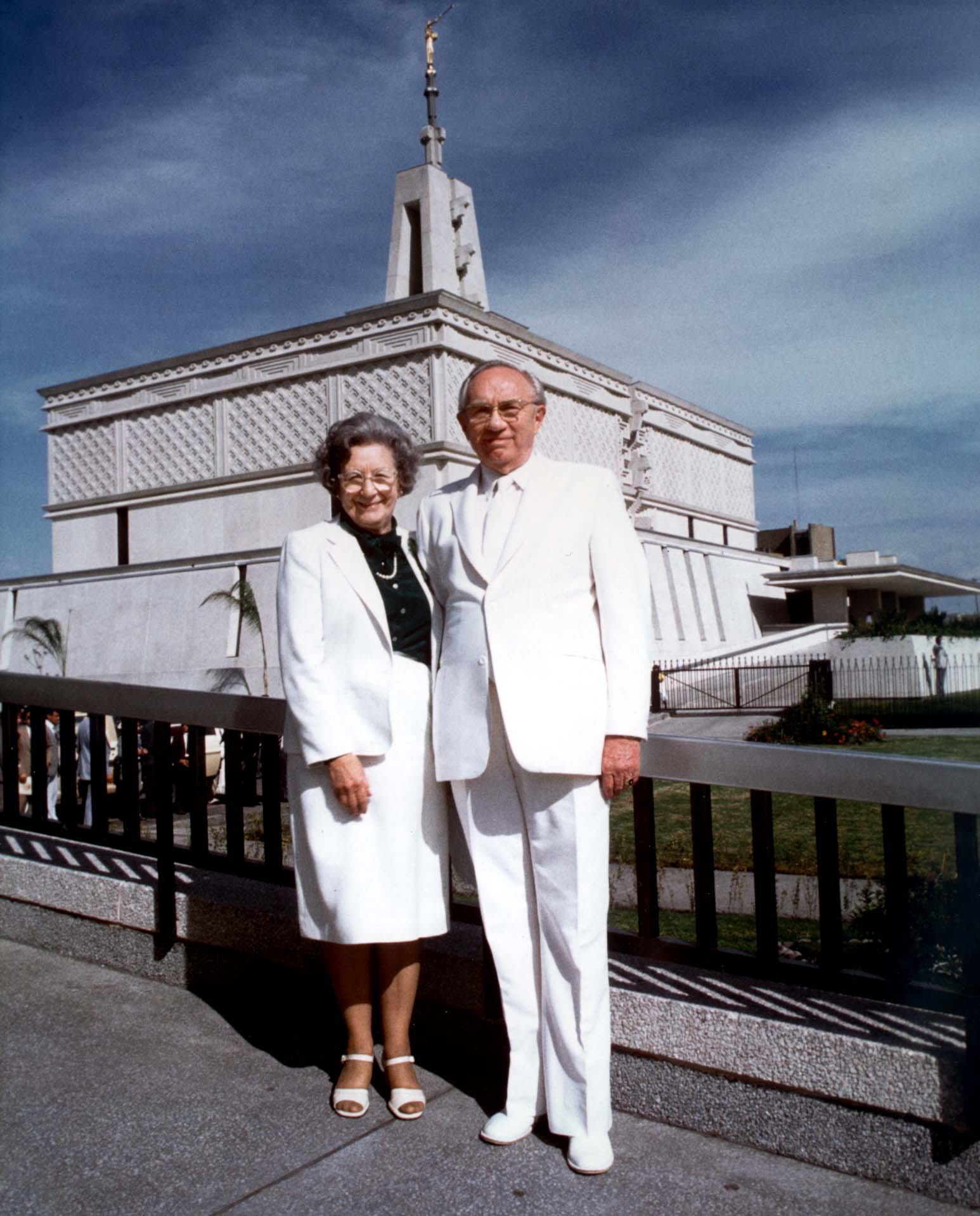 President Gordon B. Hinckley and his wife, Sister Marjorie Pay Hinckley, pose for a photo in front of Mexico City Mexico Temple at its dedication on Dec. 2, 1983.