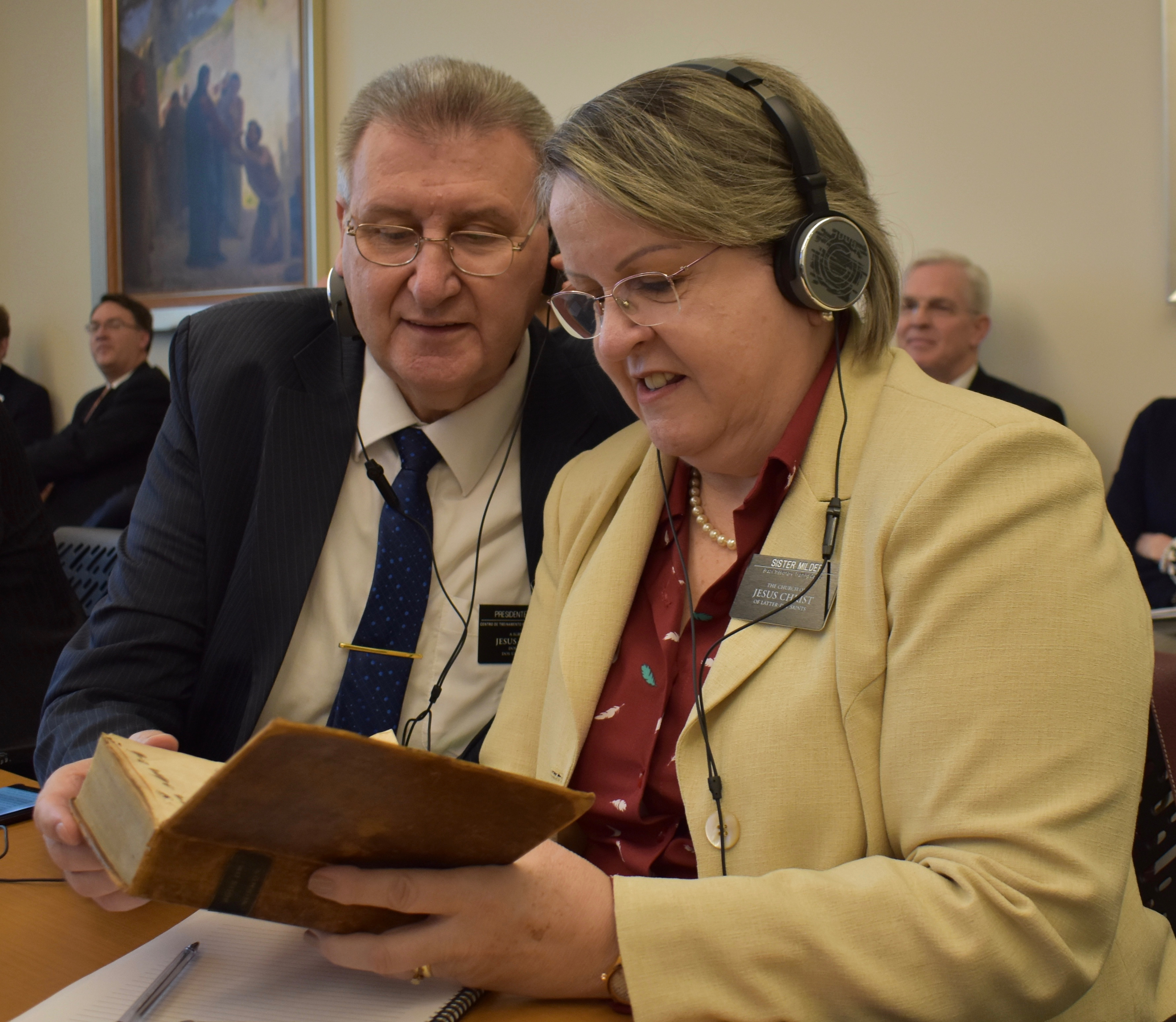 President César A. Milder and Sister Maureen Milder of the Brazil Missionary Training Center examine a first-edition Book of Mormon that was shown to participants of the 2019 MTC Leadership Seminar on Jan. 16, 2019.