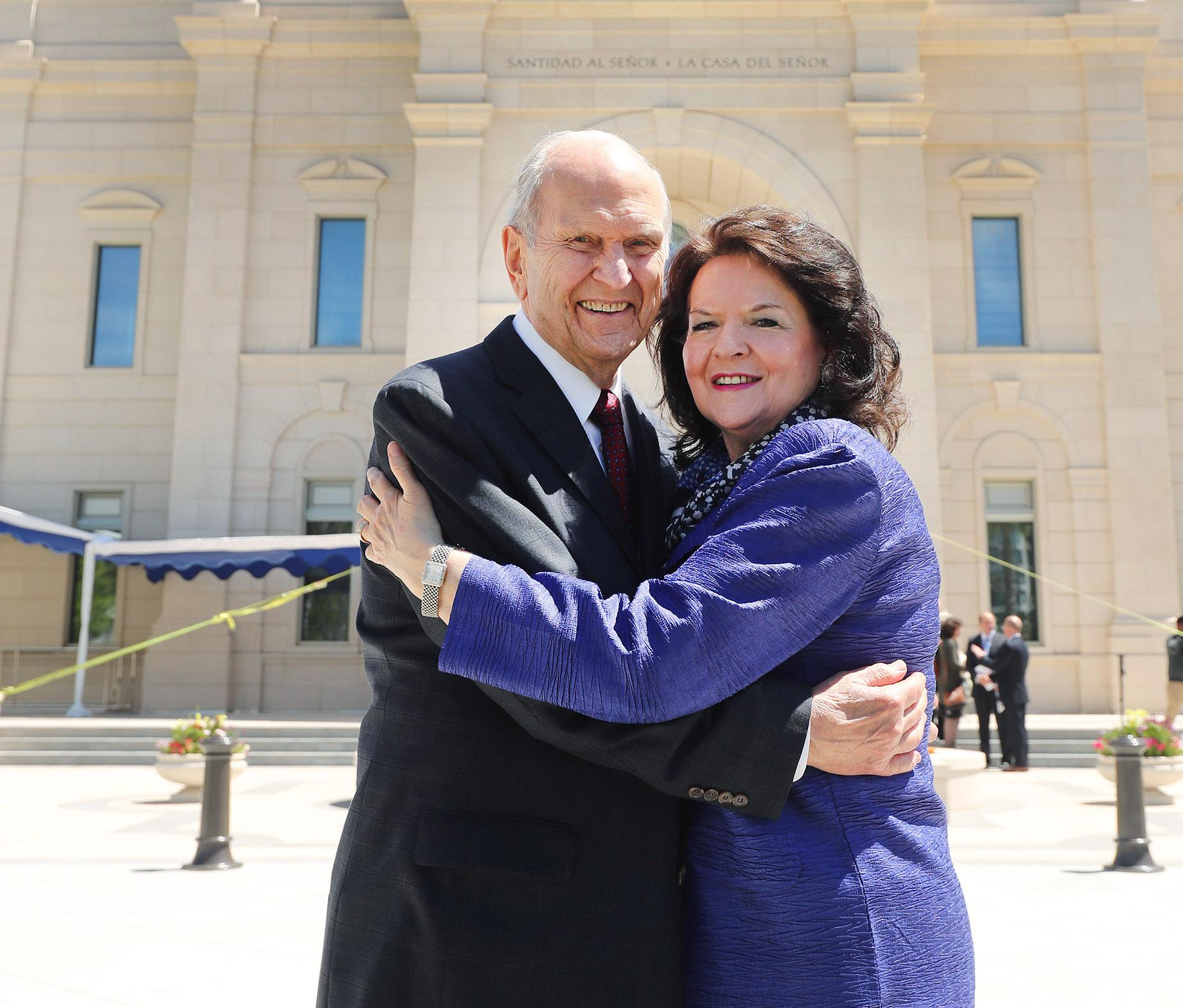 El presidente Russell M. Nelson, de La Iglesia de Jesucristo de los Santos de los Últimos Días, y su esposa, la hermana Wendy Nelson, se abrazan cerca del templo en Concepción, Chile, el sábado 27 de octubre de 2018.