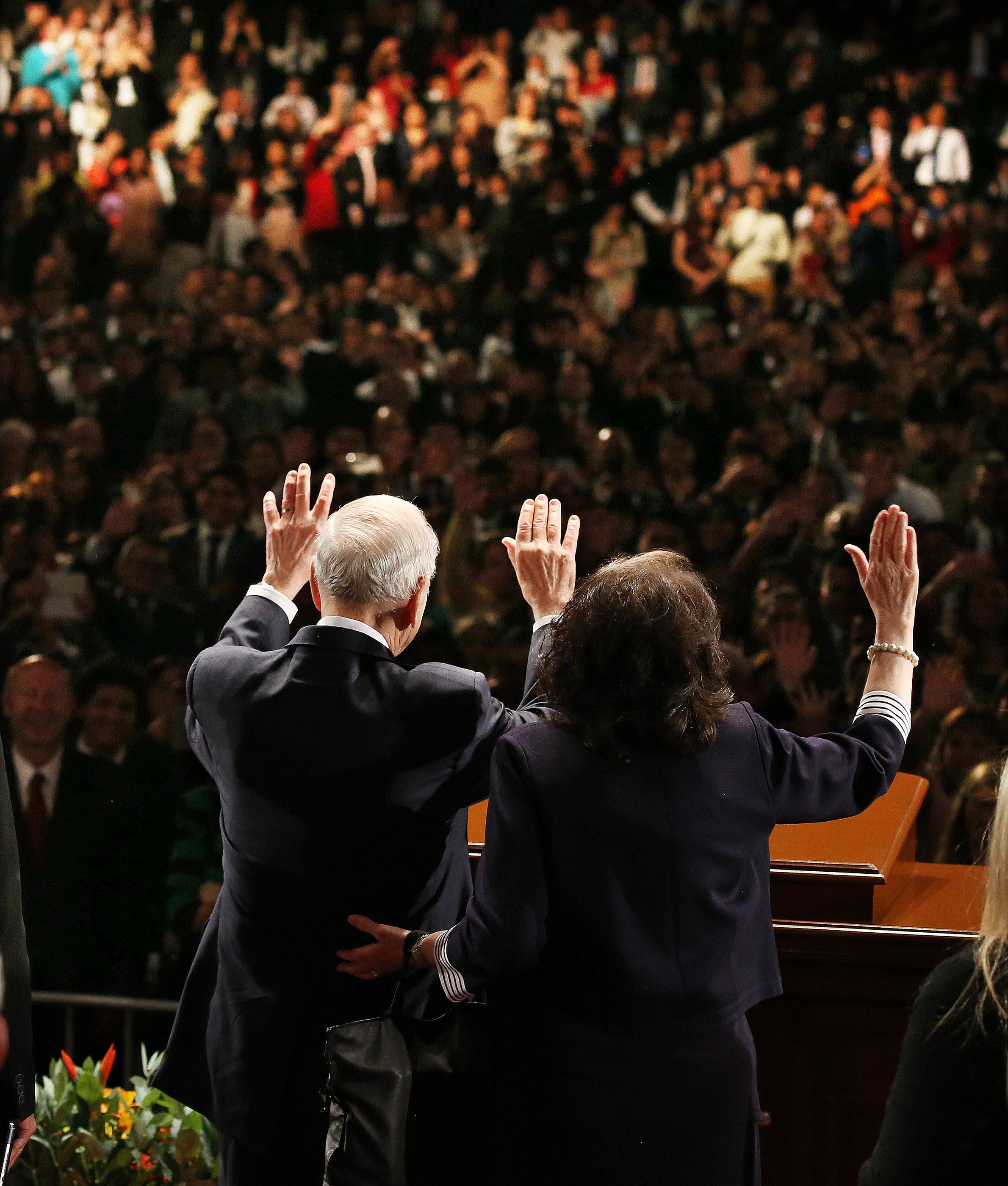 El presidente Russell M. Nelson y su esposa, la hermana Wendy Nelson, saludan a los asistentes después de un devocional en Lima, Perú, el 20 de octubre de 2018.