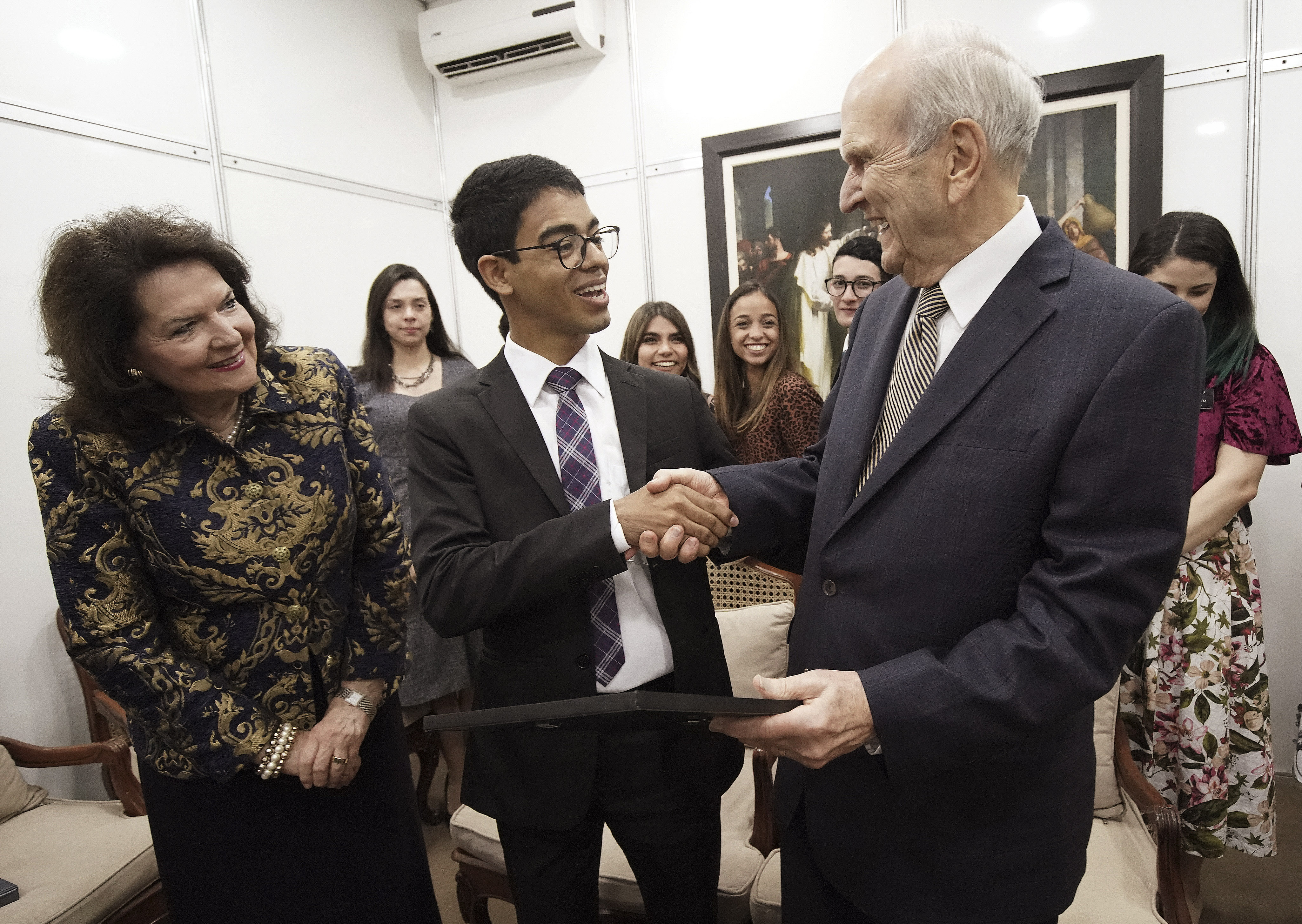 President Russell M. Nelson of The Church of Jesus Christ of Latter-day Saints and his wife, Sister Wendy Nelson, are given a drawing by Wesley Silva in Sao Paulo, Brazil, on Sunday, Sept. 1, 2019.