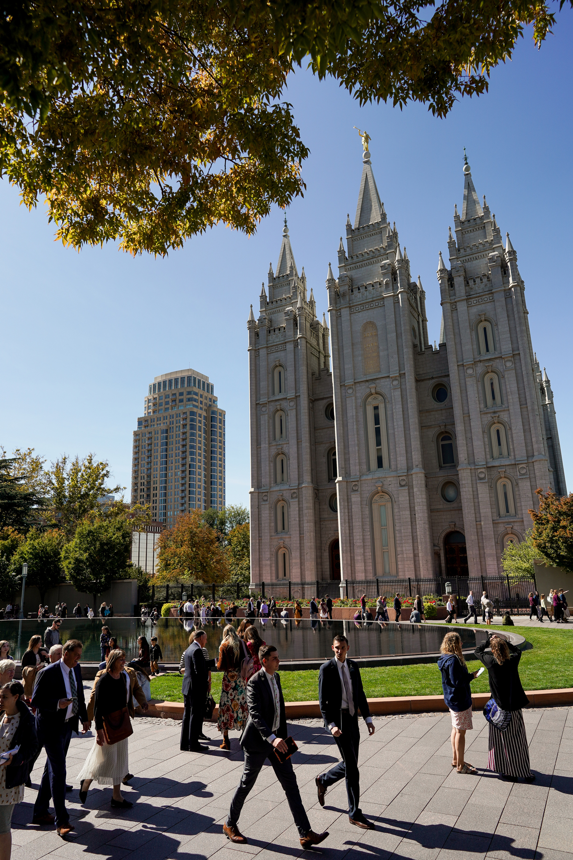 La gente camina afuera de Temple Square antes de la sesión del sábado por la tarde de la 189a Conferencia General Semestral de La Iglesia de Jesucristo de los Santos de los Últimos Días en Salt Lake City el sábado 5 de octubre de 2019.