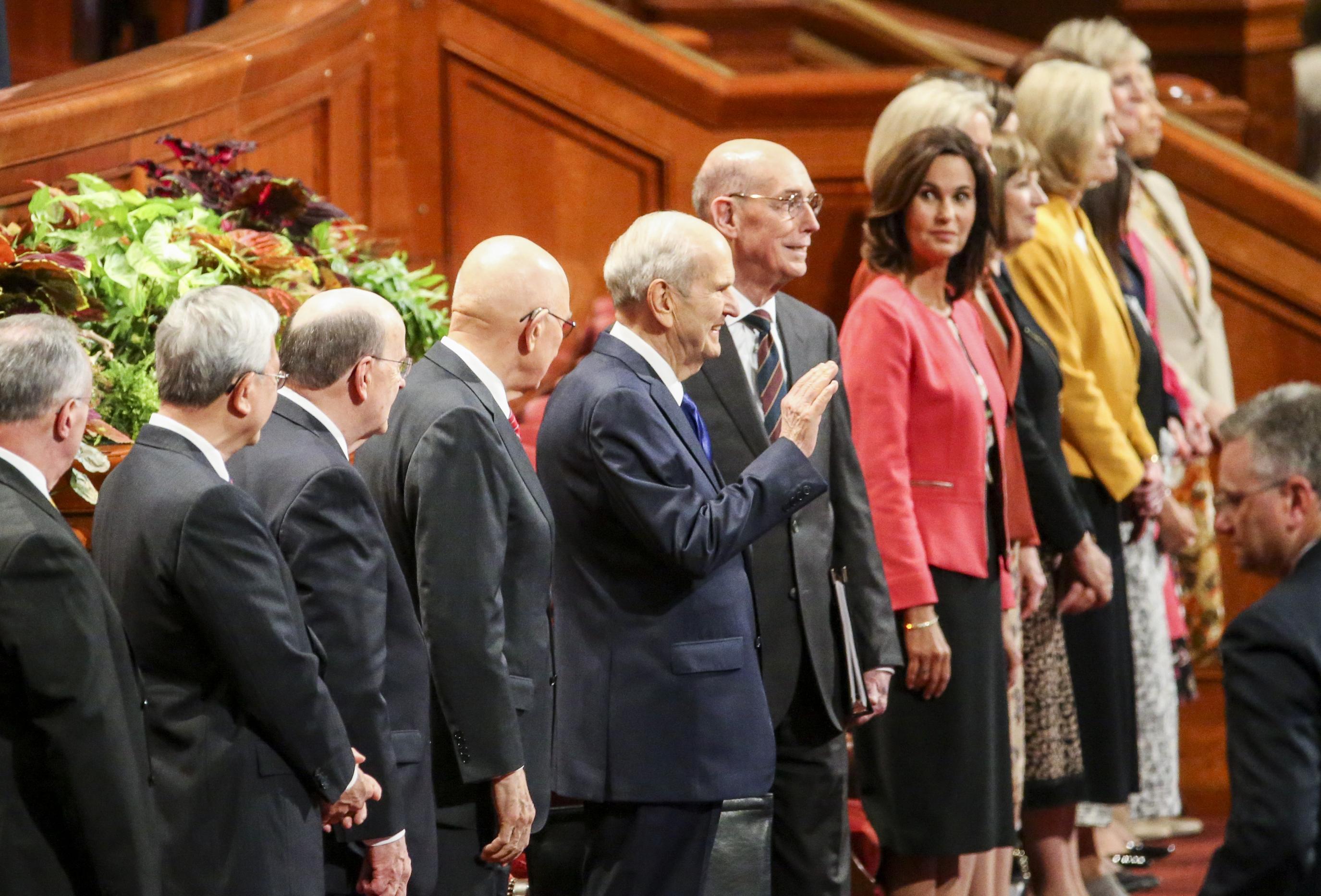El presidente Russell M. Nelson, centro, saluda a la multitud cuando ingresa al Centro de conferencias antes de la sesión de mujeres de la 189ª Conferencia general semestral de La Iglesia de Jesucristo de los Santos de los Últimos Días en el Centro de conferencias en Salt Lake City, el sábado. 5 de octubre de 2019.