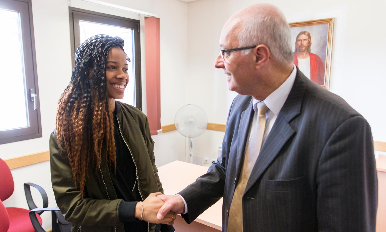 Un obispo le da la mano a una joven.  Como el presidente Russell M. Nelson enfatizó en la conferencia general de octubre, la responsabilidad principal de un obispo es cuidar a los jóvenes.