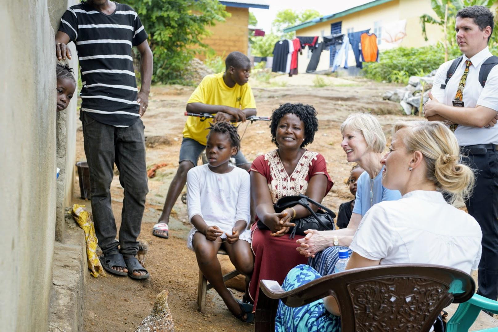 La hermana Jean B. Bingham, centro derecha, se sienta junto a Mariatu Songo, presidenta de la Sociedad de Socorro de barrio, centro izquierda, en Sierra Leona en junio de 2019.