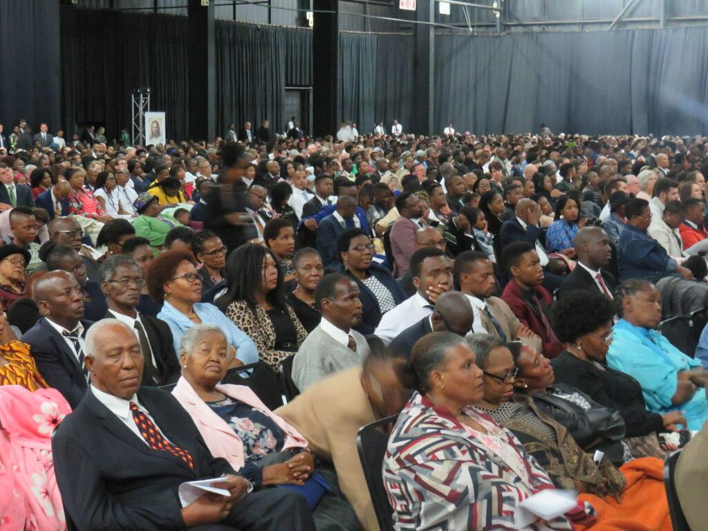 Más de 7,500 miembros de la Iglesia se reúnen para una conferencia de múltiples estacas en el Centro de Convenciones Gallagher cerca de Johannesburgo, Sudáfrica, el domingo 10 de noviembre de 2019.