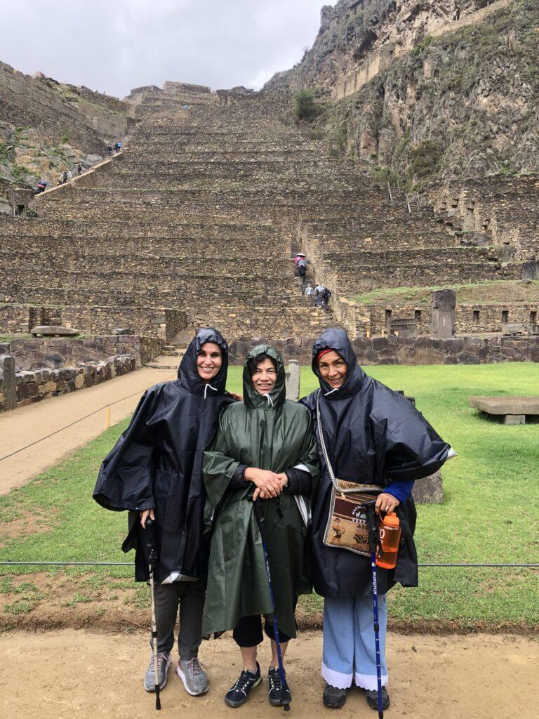 Desde la izquierda, la Hermana Lisa L. Harkness, la Hermana Reyna I.Aburto y la Hermana & nbsp; Ruth C. Alvarez visitan Machu Picchu durante un viaje al Área Noroeste de América del Sur de la Iglesia en noviembre de 2019.