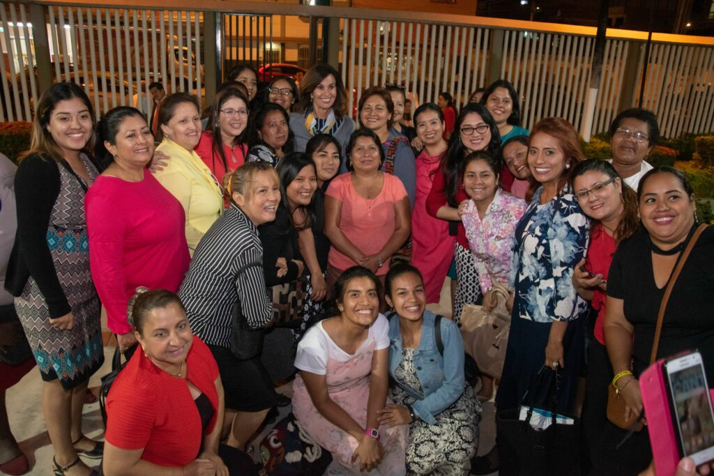 La hermana Lisa L. Harkness, en el centro, posa para una foto con los miembros de la Iglesia en Guayaquil, Ecuador, luego de un devocional durante una visita reciente al área de la Iglesia en el noroeste de América del Sur en noviembre de 2019.