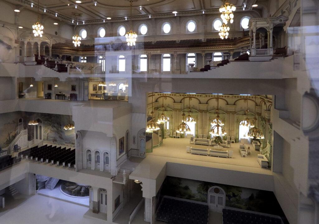 El Templo de Salt Lake cerrará el 29 de diciembre para renovaciones extensas.  Un modelo del Templo se exhibe en el Centro de Visitantes del Sur de Temple Square en Salt Lake City el miércoles 4 de diciembre de 2019.