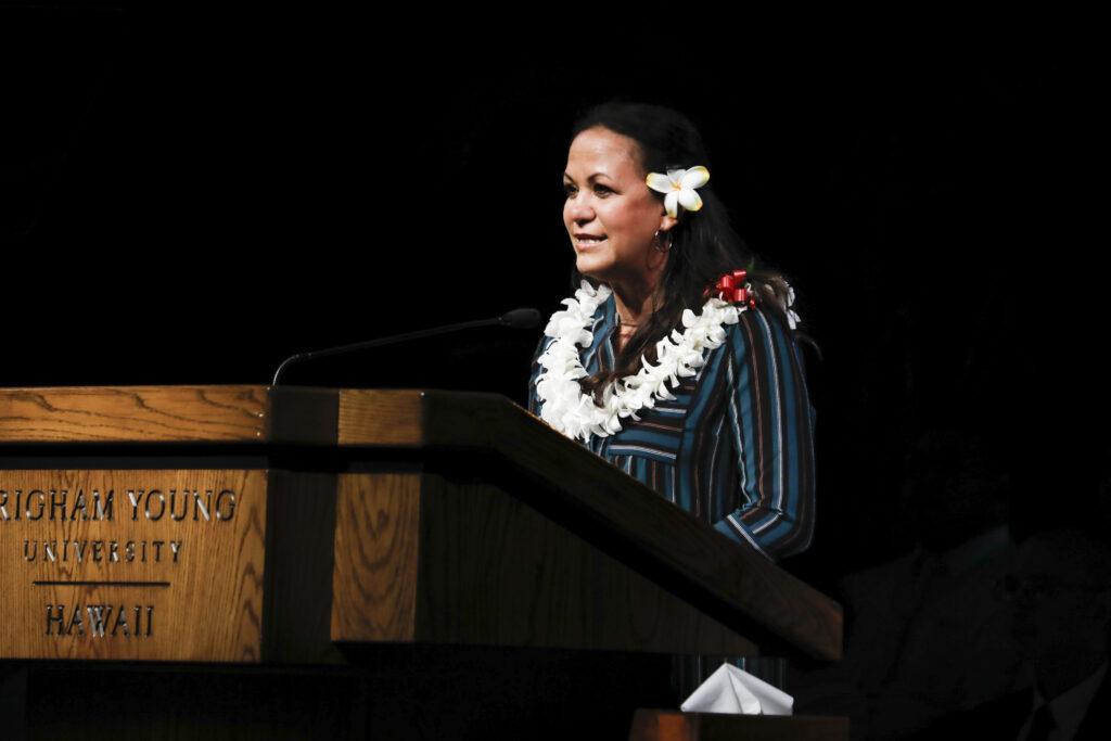 La hermana Keala Sikahema presenta a su esposo, el élder Vai Sikahema, como la oradora en el primer devocional del campus del año nuevo en BYU-Hawaii el martes 14 de enero de 2020.