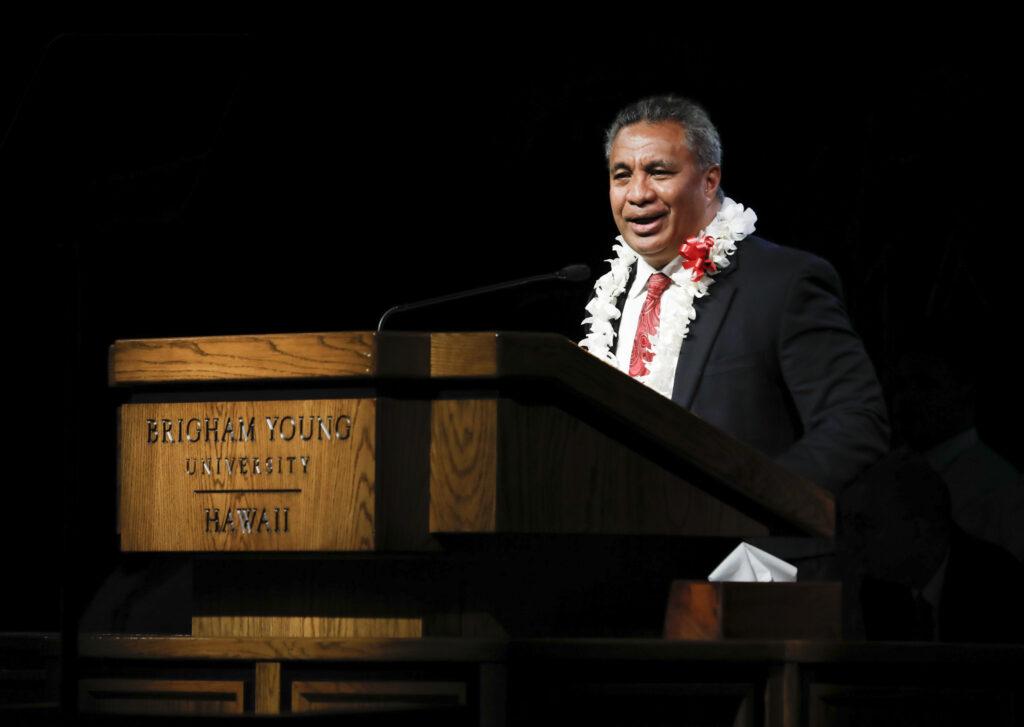 El élder Vai Sikahema habla durante el primer devocional en el campus del año nuevo en BYU-Hawaii el martes 14 de enero de 2020.