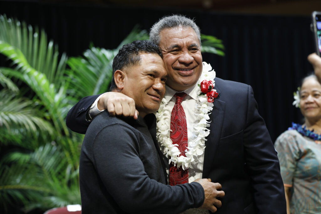 El élder Vai Sikahema, a la derecha, abraza a un asistente después de un devocional en el campus en BYU-Hawaii el martes 14 de enero de 2020.