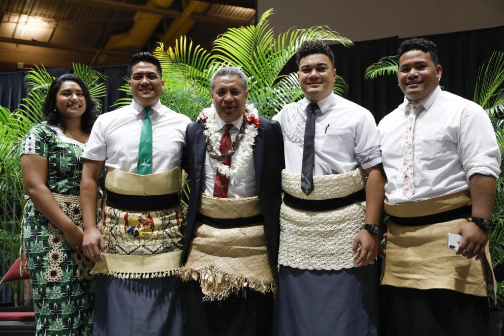El élder Vai Sikahema, centro, posa para una foto con los asistentes después de un devocional en el campus en BYU-Hawaii el martes 14 de enero de 2020.