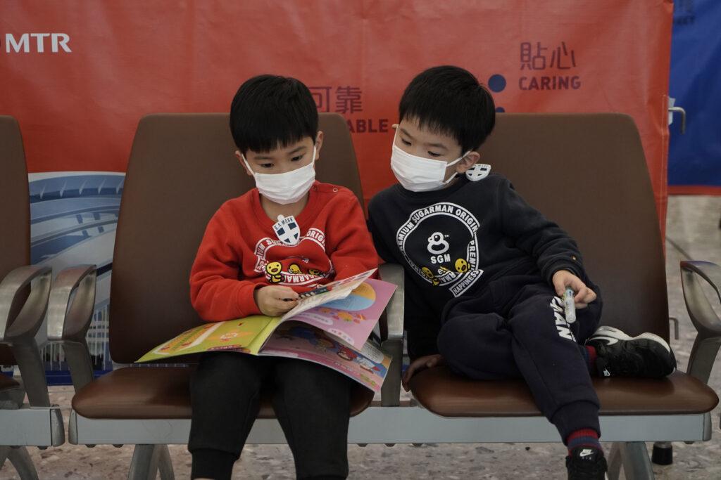 Los pasajeros usan máscaras para evitar un brote de un nuevo coronavirus en la estación de trenes de alta velocidad, en Hong Kong, el miércoles 22 de enero de 2020.