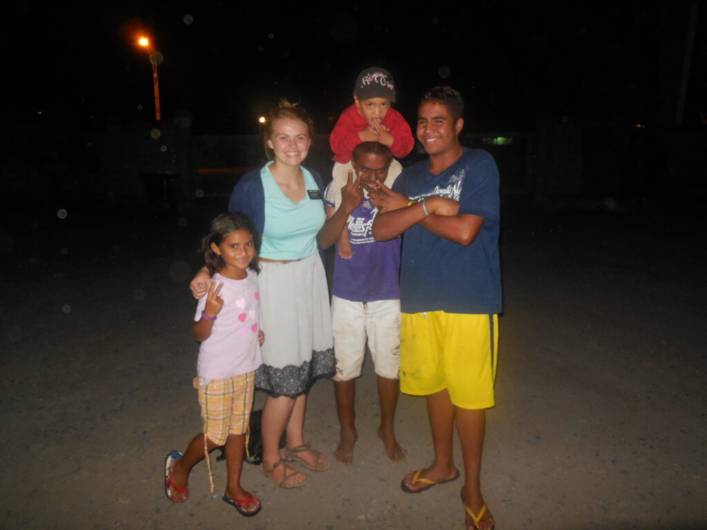 Sister Morgan Taylor enjoys time with young friends while serving in the Tahiti Papeete Mission.