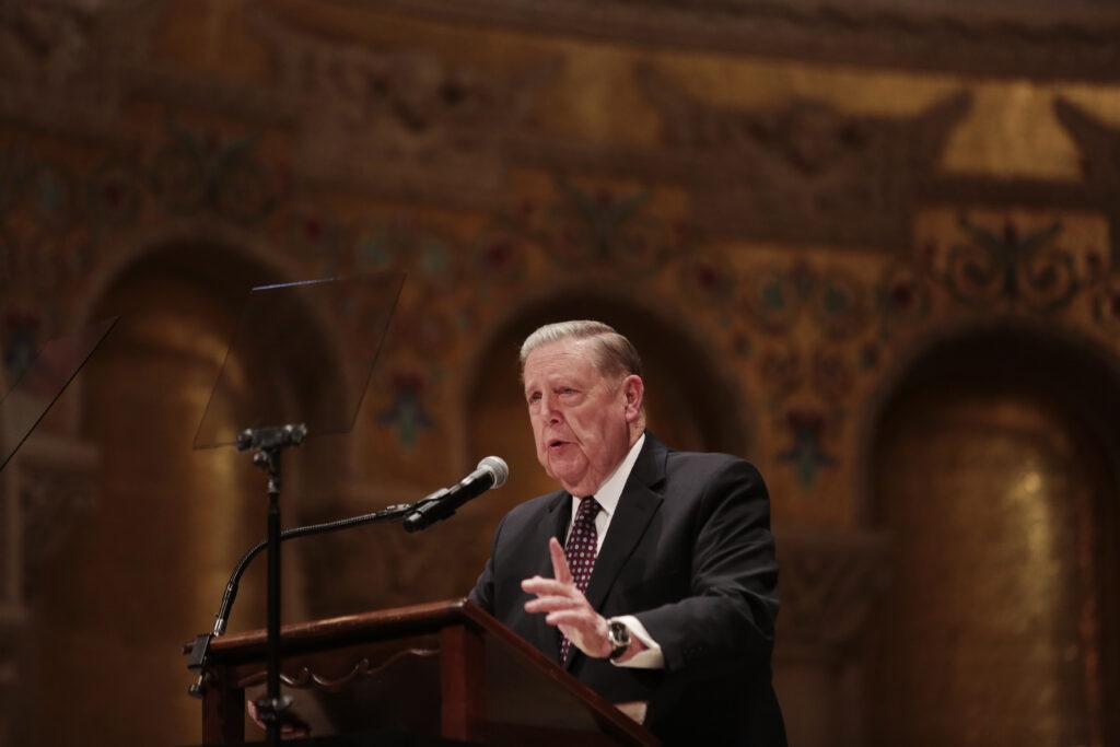 El élder Jeffrey R. Holland, del Quórum de los Doce Apóstoles, habla durante un evento para adultos jóvenes en la Iglesia Memorial de Stanford en el campus de la Universidad de Stanford en Stanford, California, el domingo 9 de febrero de 2020.