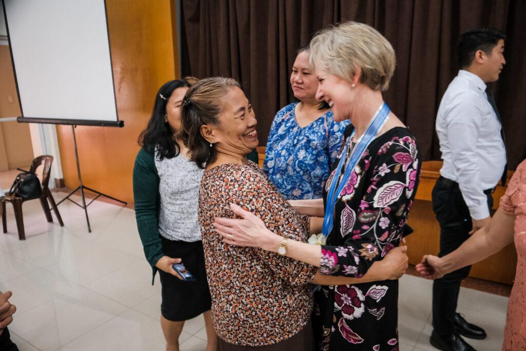 El presidente Jean B. Bingham abraza a un miembro de la Sociedad de Socorro luego de una reunión con los líderes locales de la Sociedad de Socorro en Manila, Filipinas, el 2 de febrero de 2020.
