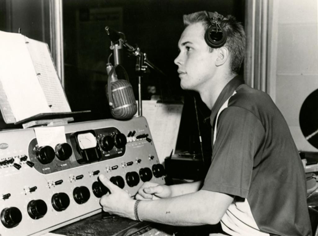 El joven Dallin H. Oaks trabaja como locutor de radio.  Obtuvo una licencia para ser ingeniero de transmisores mientras estaba en la escuela secundaria.