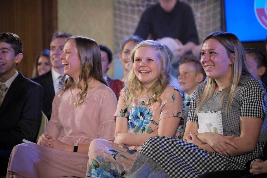 Los jóvenes en un evento cara a cara interactúan con el presidente Dallin H. Oaks de la Primera Presidencia y la hermana Kristen Oaks que se transmitió el domingo 23 de febrero de 2020.
