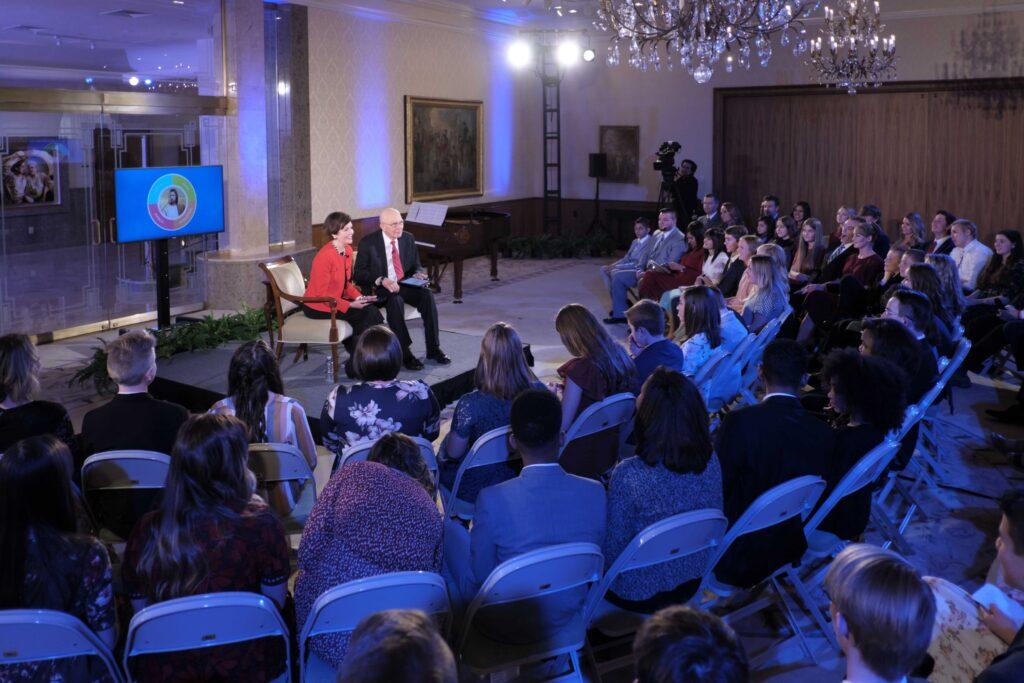 Los jóvenes se reúnen para discutir el nuevo programa Niños y Jóvenes con el presidente Dallin H. Oaks y su esposa, la hermana Kristen Oaks, en un evento cara a cara que se transmitió el domingo 23 de febrero de 2020.