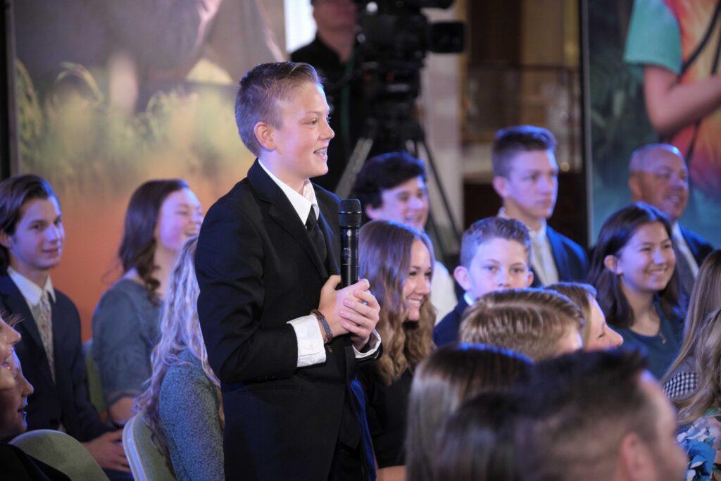 Los jóvenes en el evento cara a cara hacen preguntas al presidente Dallin H. Oaks, de la Primera Presidencia, y a la hermana Kristen Oaks.  La transmisión fue el domingo 23 de febrero de 2020.