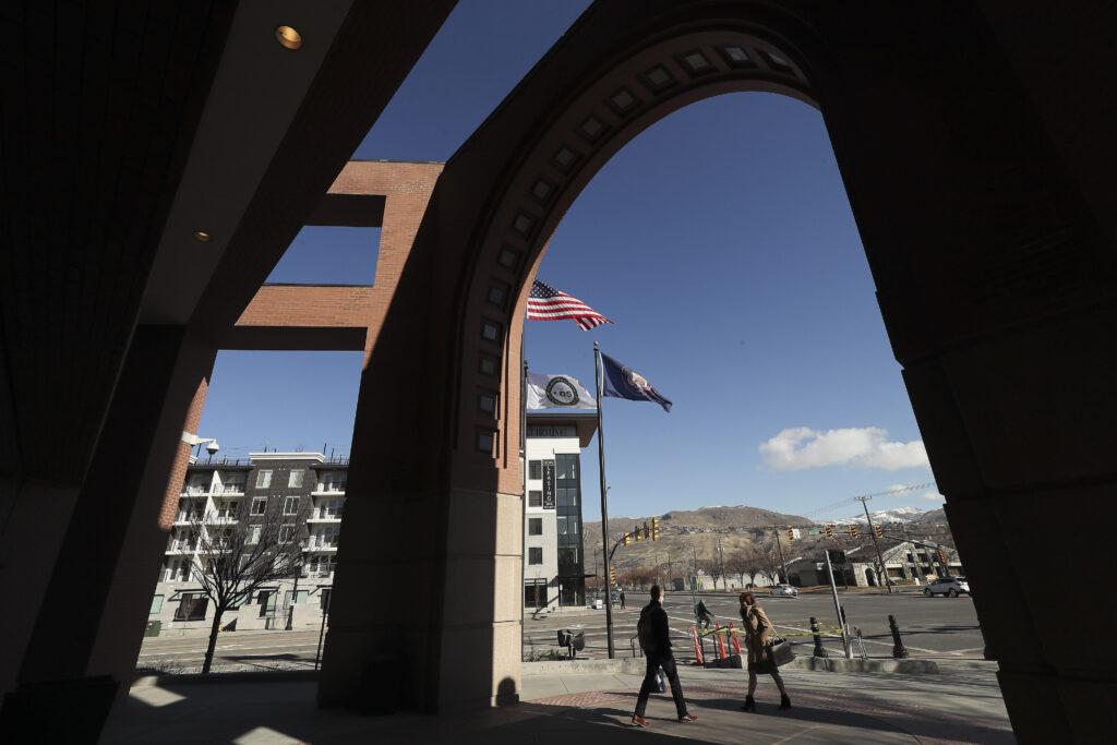 Los estudiantes de LDS Business College abandonan la escuela en Salt Lake City el martes 25 de febrero de 2020. La universidad anunció el lunes que se convertirá en Ensign College el 1 de septiembre.