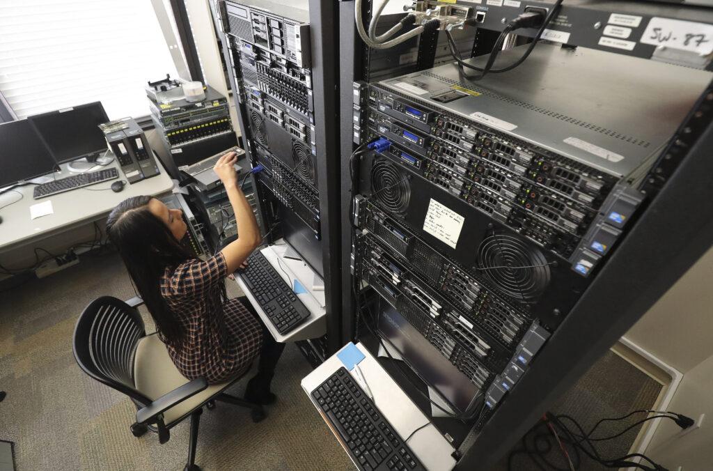 Carolina Guzmán, estudiante de LDS Business College, trabaja con equipos de computación en clase en Salt Lake City el martes 25 de febrero de 2020. La universidad anunció el lunes que se convertirá en Ensign College el 1 de septiembre.