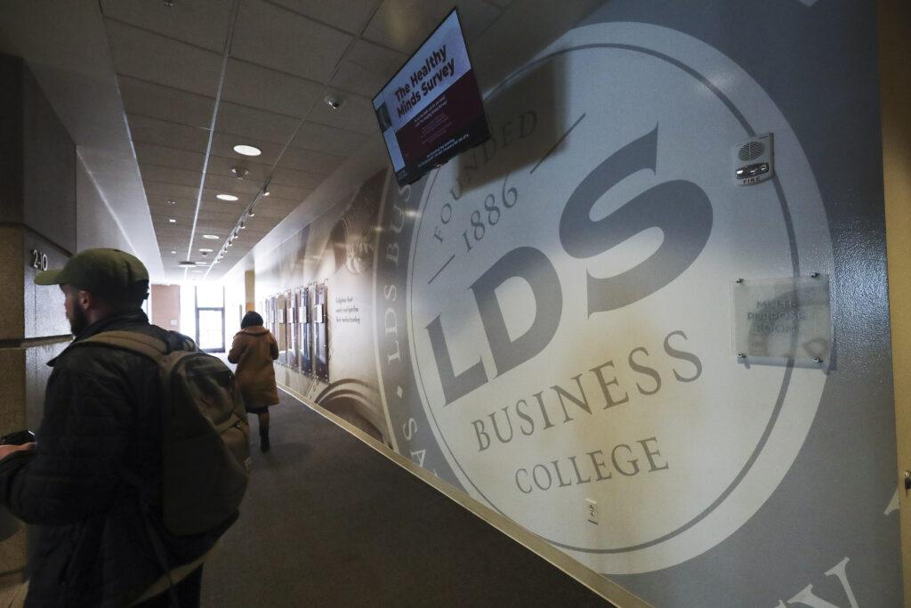 Los estudiantes de LDS Business College caminan por el campus en Salt Lake City el martes 25 de febrero de 2020. La universidad anunció el lunes que se convertirá en Ensign College el 1 de septiembre.