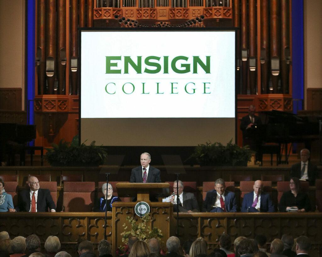 Bruce Kusch, presidente de LDS Business College, habla a los estudiantes durante un devocional en el Salón de Asambleas en Temple Square en Salt Lake City el martes 25 de febrero de 2020, donde se anunció que el nombre de la escuela cambiará a Ensign College en septiembre 1.