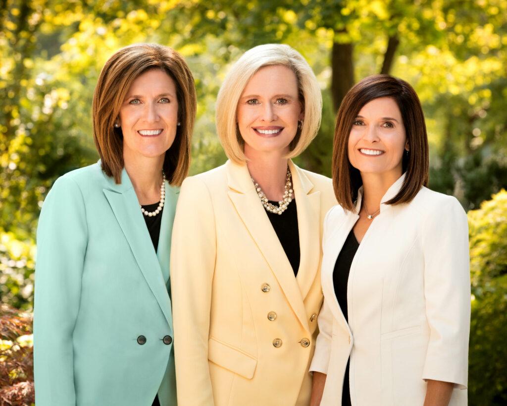 La presidencia general de las Mujeres Jóvenes: desde la izquierda, la Hermana Michelle D. Craig, primera consejera;  El presidente Bonnie H. Cordon y la hermana Becky Craven, segunda consejera.
