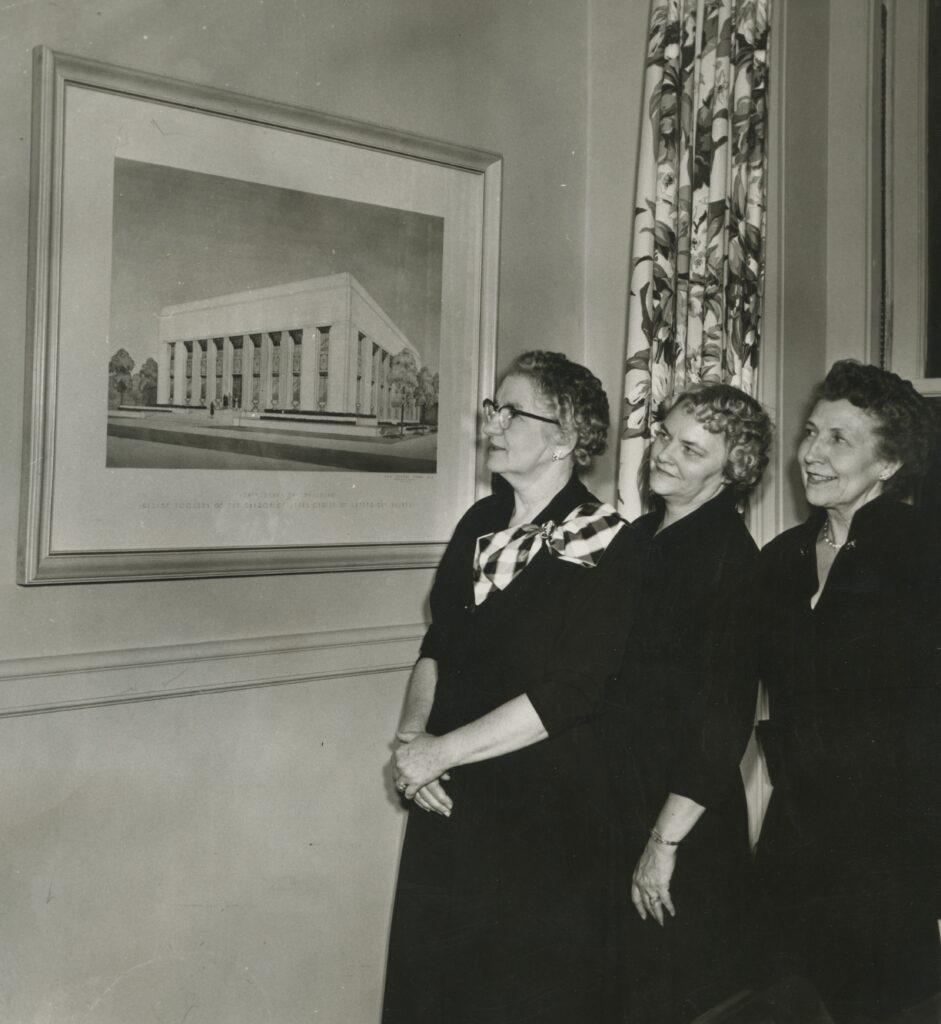 Las hermanas Belle S. Spafford, Marianne C. Sharp y Velma Simonsen fueron la presidencia general de la Sociedad de Socorro, mientras se recaudaron fondos y el edificio fue construido y dedicado.  La hermana Sharp, hija del presidente J. Reuben Clark, desempeñó un papel especialmente importante en la coordinación de los esfuerzos de recaudación de fondos y construcción.