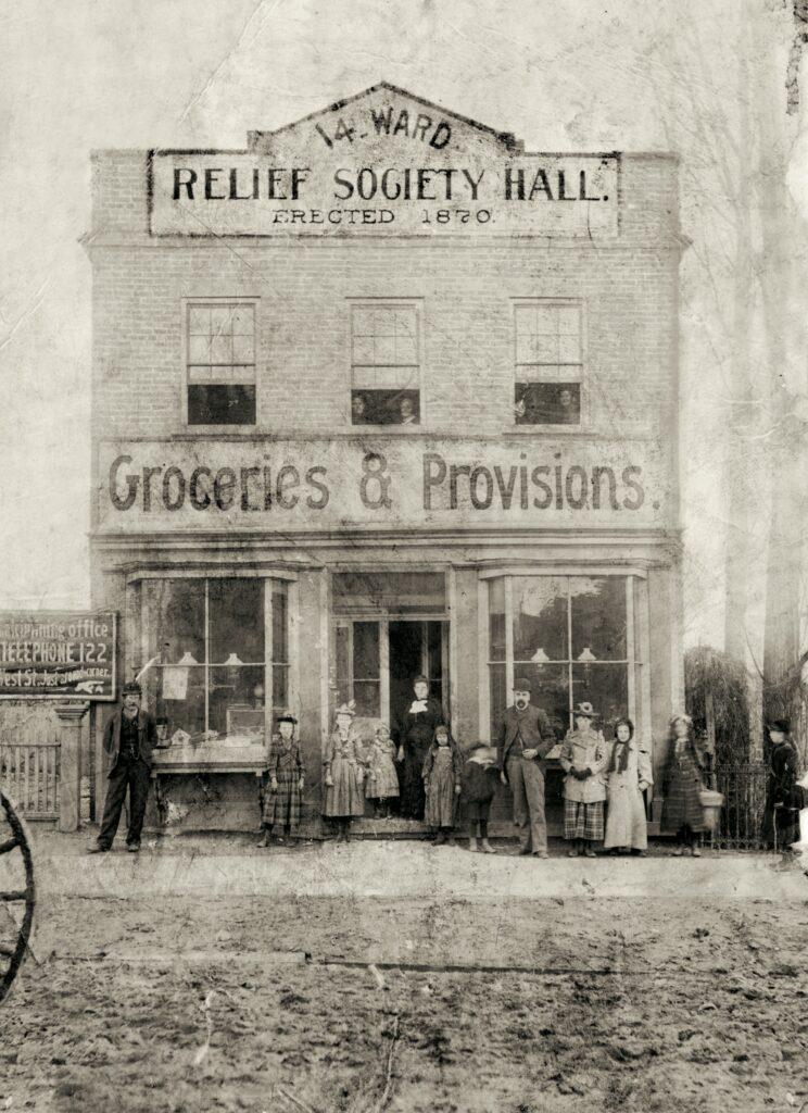 Sala de la Sociedad de Socorro del Decimocuarto Barrio.  Los primeros pasillos de la Sociedad de Socorro en Utah se modelaron después de la tienda en Nauvoo en la que se fundó la sociedad en 1842.