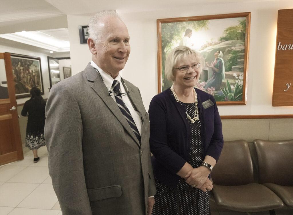 El presidente Craig Hill y su esposa Judy hablan sobre el MTC en Guatemala el 24 de agosto de 2019.