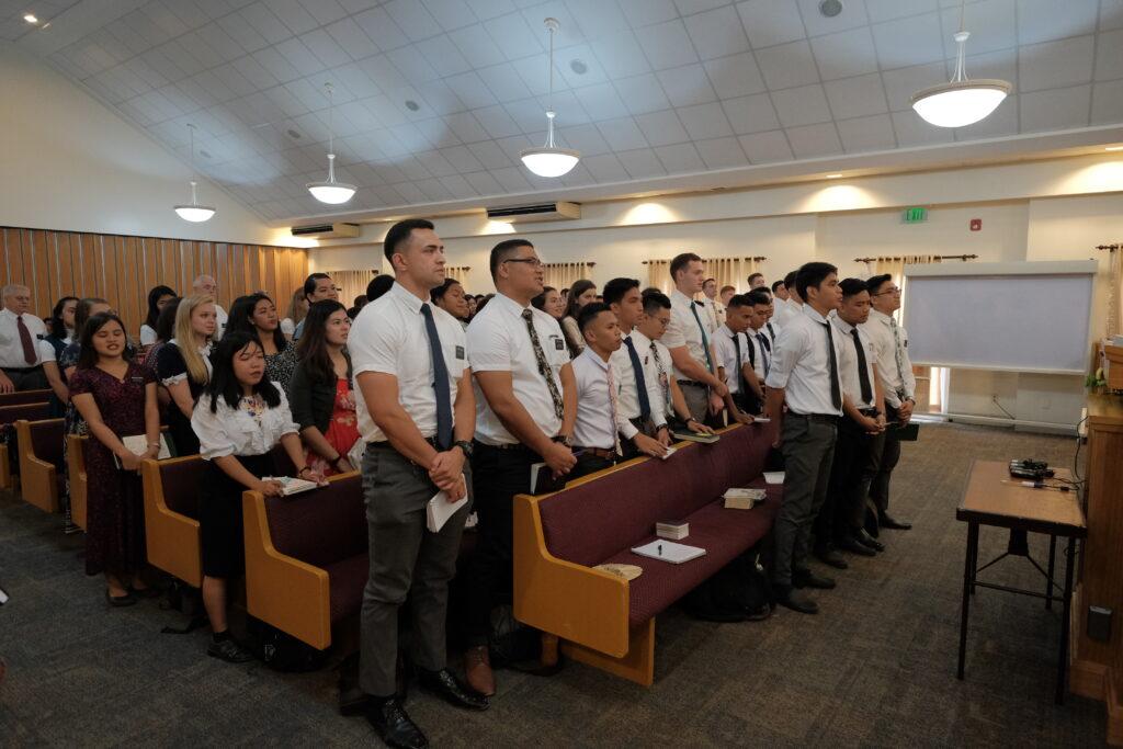 Los misioneros en Cebú, Filipinas, se reúnen para una reunión con el presidente Jean B. Bingham durante una visita ministerial en febrero de 2020.