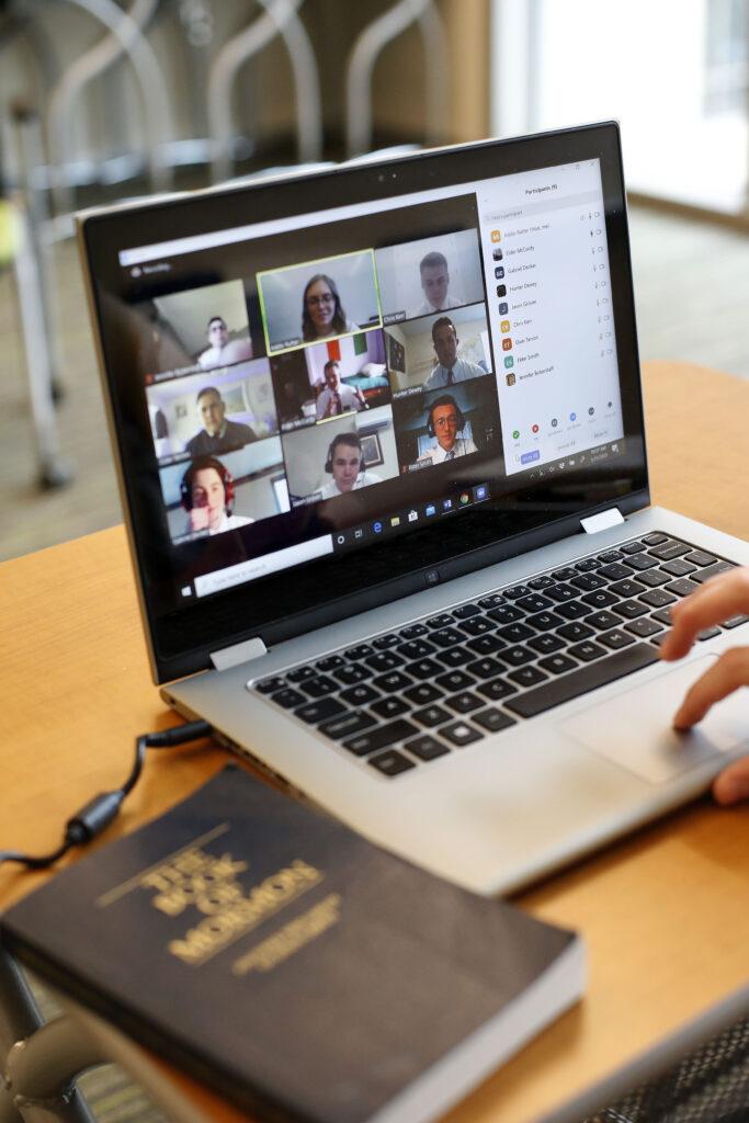 Addie Rutter usa una computadora portátil en el Centro de Entrenamiento Misionero de Provo para enseñar francés a entrenar a misioneros en casa el miércoles 25 de marzo de 2020. En un intento por controlar la propagación de COVID-19, los misioneros están siendo entrenados por videoconferencia remota en lugar de viajar a los 10 centros de entrenamiento misionero de La Iglesia de Jesucristo de los Santos de los Últimos Días.